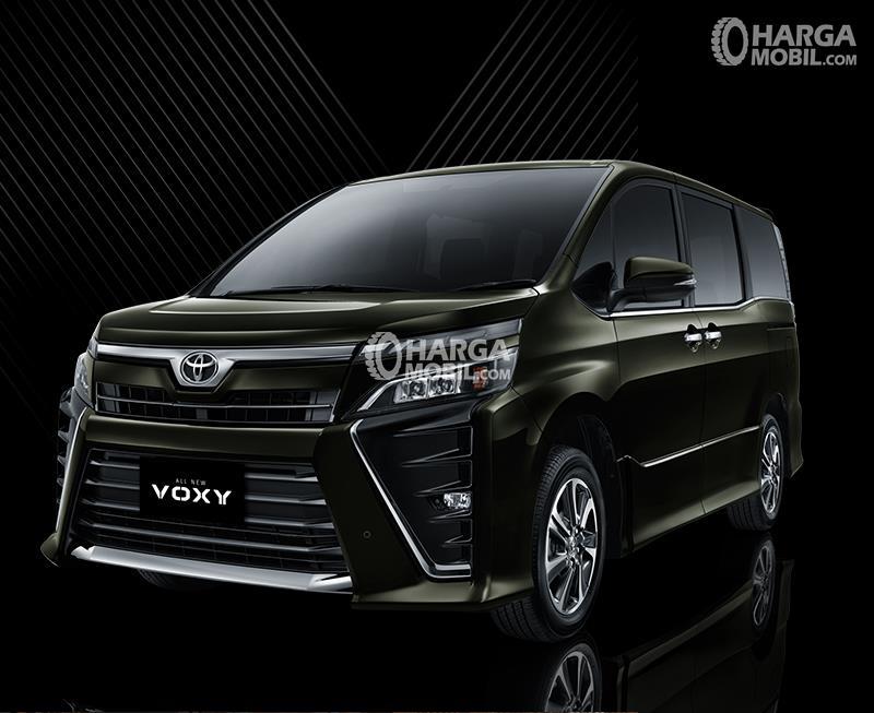 Gambar mobil Toyota Voxy berwarna hijau dilihat dari bagian depan