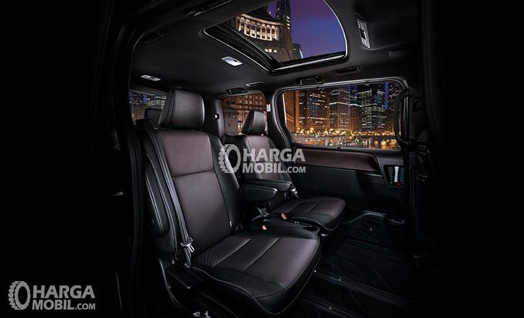 gambar ruang kabin mobil Toyota Voxy 2017 berwarna hitam