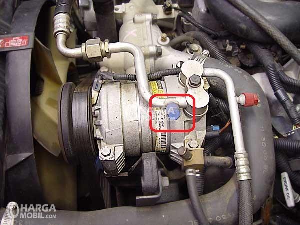 Sistem AC dalam mobil yang dibuka dan kita bisa terlihat Kompressor AC