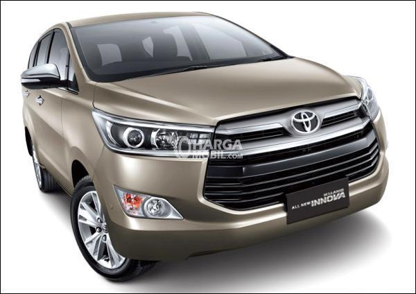 Toyota Kijang Innova berwarna goldern dilihat dari depan
