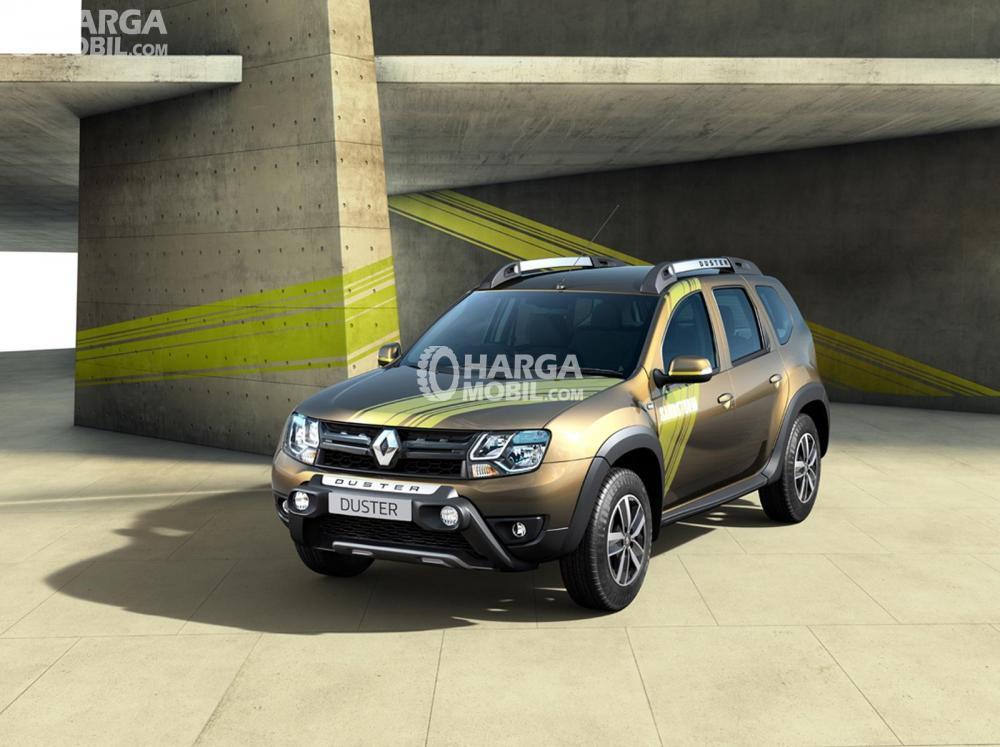 Renault Duster (22,1 km/liter) berwarna golden sedang diparkir di jalan