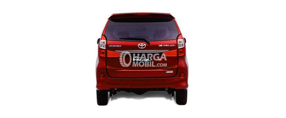 Mobil Toyota Avanza Veloz 2017 berwarna merah dilihat dari bagian belakang