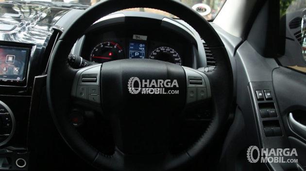 Gambar bagian setir mobil Isuzu Mu-X 2017 berwarna hitam