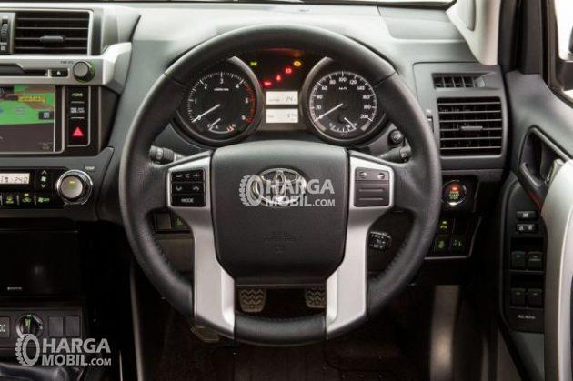 Desain khas steering mobil Toyota Land Cruiser 2017 berwarna hitam