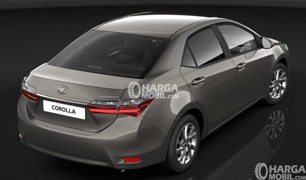 mobil Toyota Corolla Altis Facelift 2017 berwarna silver dilihat dari bagian belakang