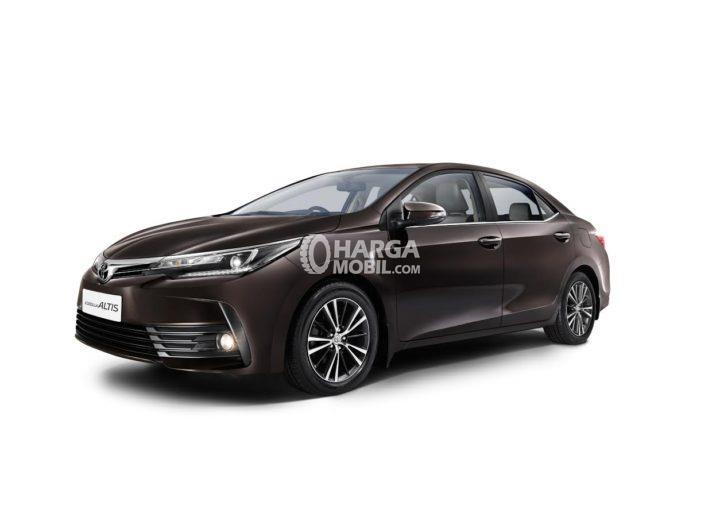 Mobil Toyota Corolla Altis facelift 2017 berwarna coklat tua dilihat dari bagian depan