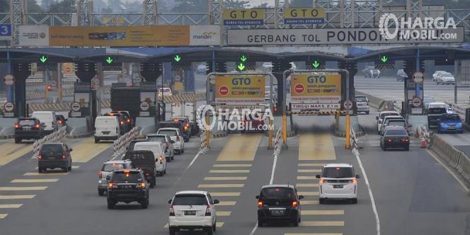 banyak mobil sedang berkendara di jalan tol pada jam sibuk