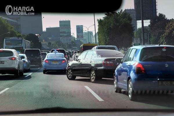 Sebuah mobil sedang berpindah jalur sembarangan jika banyak mobil sedang berkendara, hal itu sangat bahaya