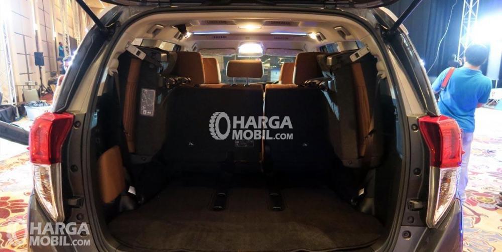 gambar ruang bagasi mobil Toyota Innova Venturer 2017