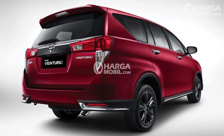 bagian belakang mobil Toyota Innova Venturer 2017 berwarna merah