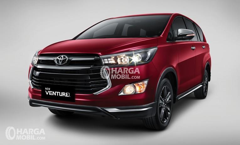 Mobil Toyota Venturer 2017 berwarna merah dilihat dari bagian depan