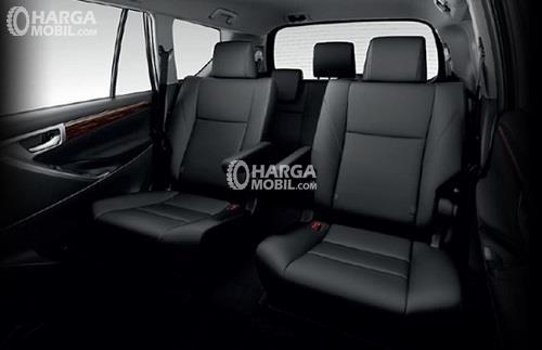 gambar ruang kabin mobil Toyota Venturer 2017 berwarna hitam