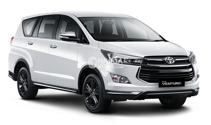 Gambar mobil Toyota Innova Venturer 2017 berwarna putih dilihat dari bagian depan