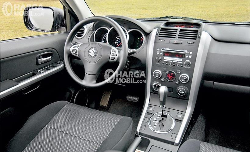 Gambar bagian dashboard mobil Suzuki Grand Vitara 2017 berwarna putih