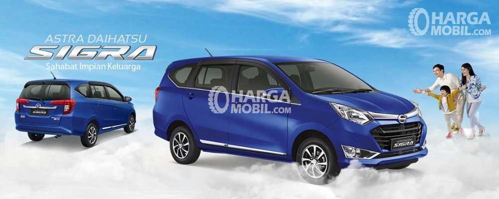 gambar 2 mobil Daihatsu Sigra berwarna biru dilihat dari bagian depan dan belakang