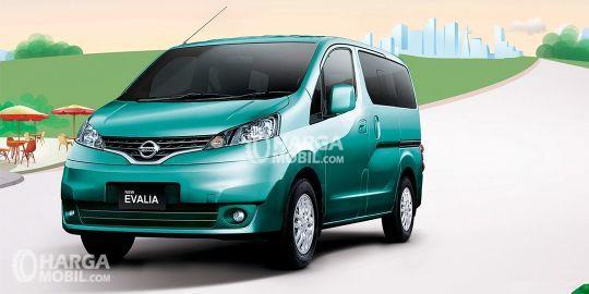 Mobil Nissan Evalia berwarna hijau sedang parkir di jalan