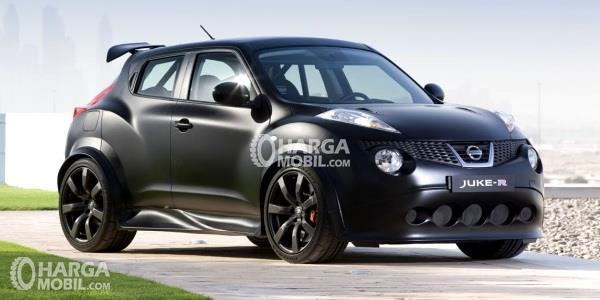 Mobil Nissan Juke berwarna hitam dilihat dari bagian depan sedang parkir di pinggir jalan