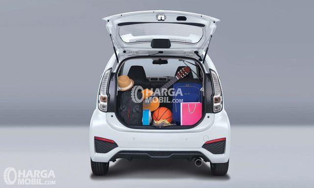 Ruang bagasi Daihatsu Sirion 2017 dengan 4 koper di dalam