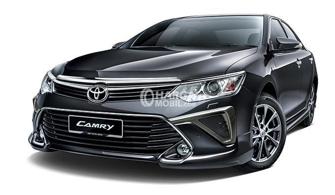 gambar sebuah mobil Toyota Camry berwarna hitam terlihat di depannya