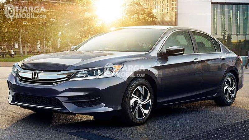 sebuah mobil sedan Honda Accord berwarna silver sedang diparkir di pinggir jalan