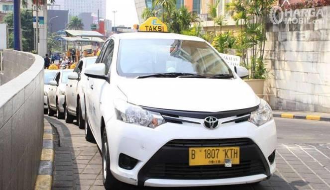 deretan mobil taksi Transmover berwarna putih sedang diikat bersamaan