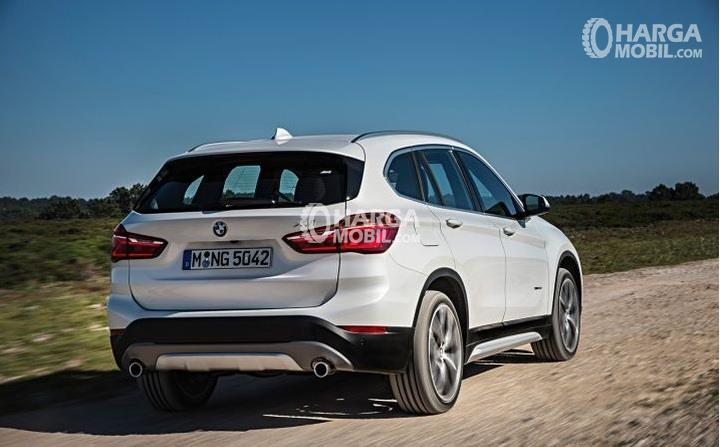 Mobil BMW X1 2016 berwarna putih dilihat dari bagian belakang