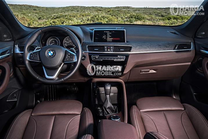 Gambar bagian dashboard mobil BMW X1 2016 berwarna merah maroon