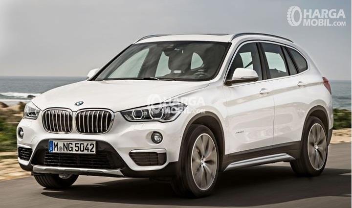 Gambar mobil BMW X1 2016 berwarna putih dilihat dari bagian depan
