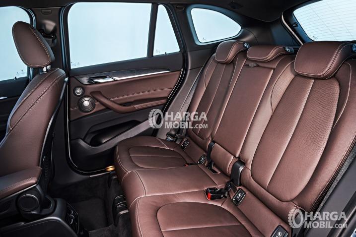 Gambar bagian kursi belakang mobil BMW X1 2016 berwarna coklat tua