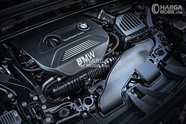 Gambar bagian mesin mobil BMW X1 2016 berwarna hitam