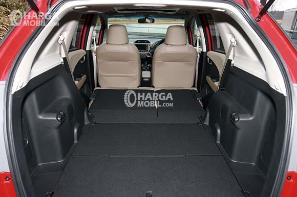 Gambar ruang bagasi Honda Jazz 2015 dengan sebuah ruang kabin yang luas