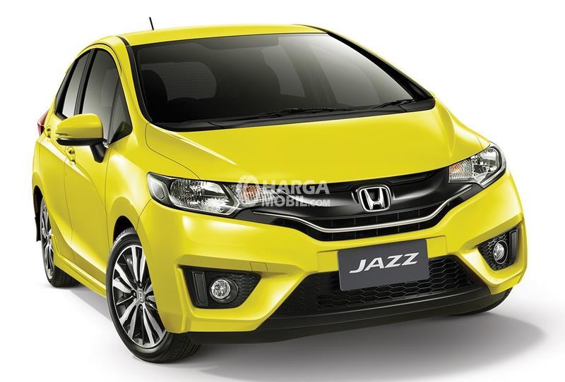 Gambar mobil Honda Jazz 2015 berwarna kuning dilihat dari bagian depan