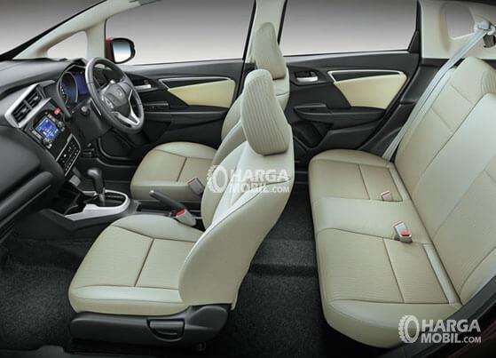 Gambar bagian kursi mobil Honda Jazz 2015 berwarna coklat muda