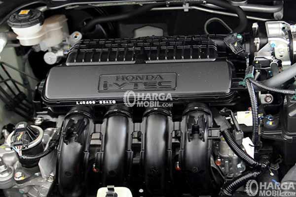 Bagian mesin Honda Jazz 2015 berwarna hitam
