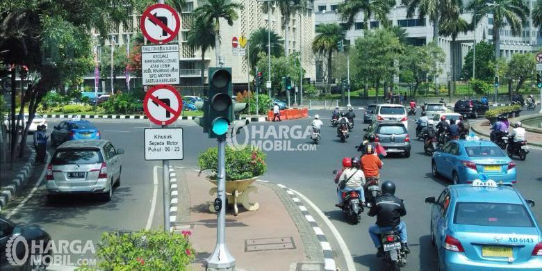 banyak orang sedang mengendarai kendaraannya di jalan secara kacau