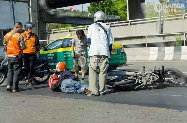sebuah kecelakaan lalu lintas sudah terjadi dan polisi sudah ada di tempatnya