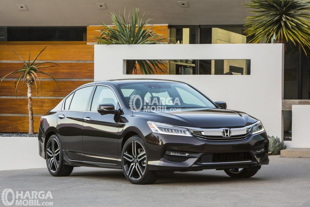 Gambar mobil Honda Accord 2016 berwarna hitam dilihat dari bagian depan sedang parkir di depan rumah di Indonesia
