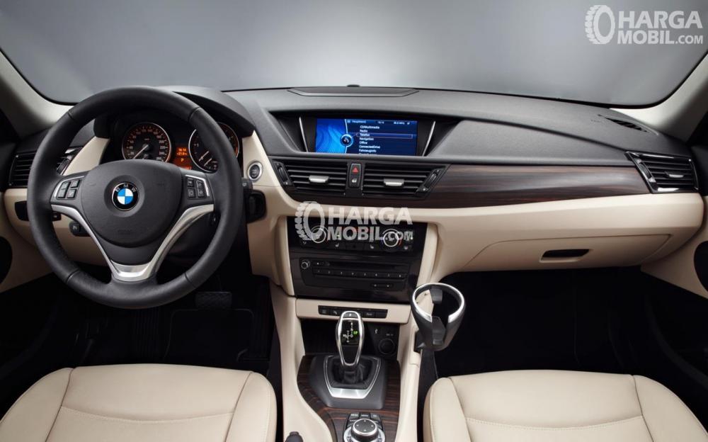 desain bagian dashboard mobil BMW X1 2012 berwarna hitam