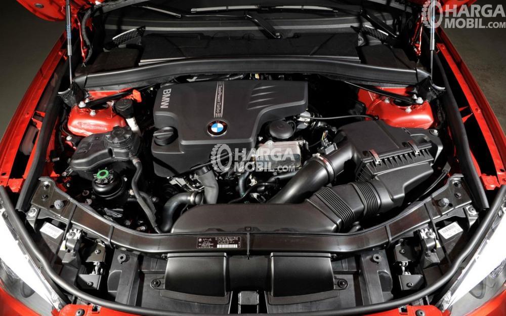 Bagian mesin mobil BMW X1 2012 berwarna hitam
