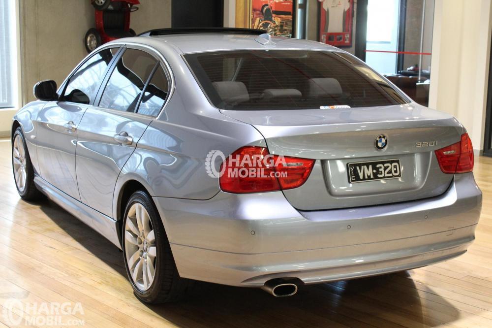 Gambar mobil BMW 320i 2010 berwarna silver dilihat dari belakang