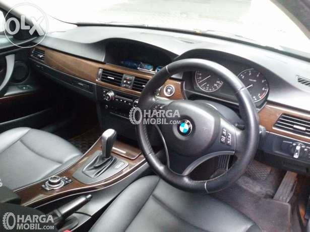 Gambar setir mobil BMW 320i 2010 berwarna hitam