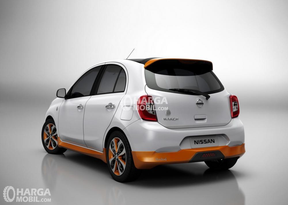 gambar tampilan belakang mobil Nissan March 2016 berwarna putih dan belakang ada sedikit warna orange