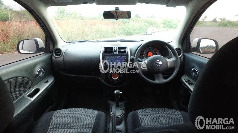 gambar bagian interior mobil Nissan March 2016 dengan warna utama yaitu hitam