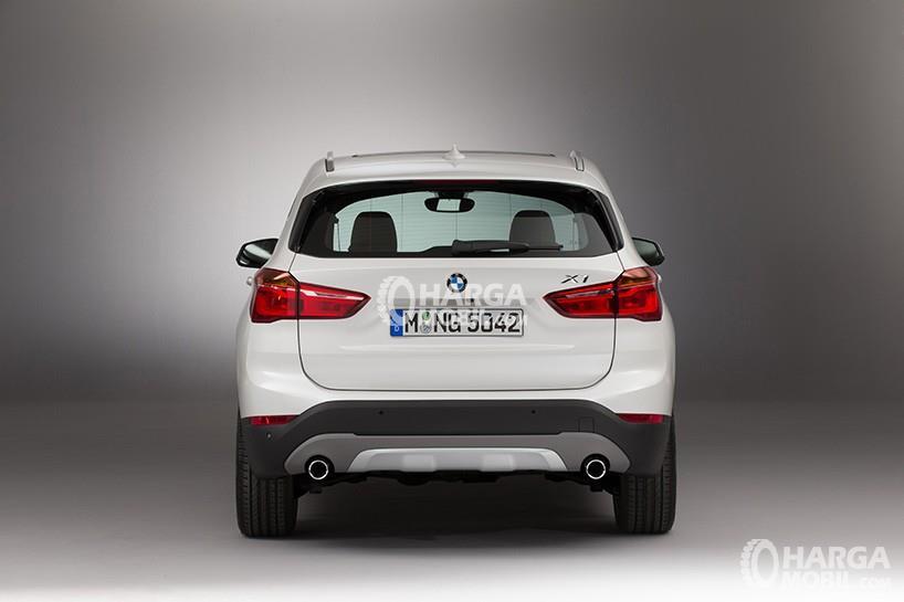 Gambar bagian belakang mobil BMW X1 2015 berwarna putih