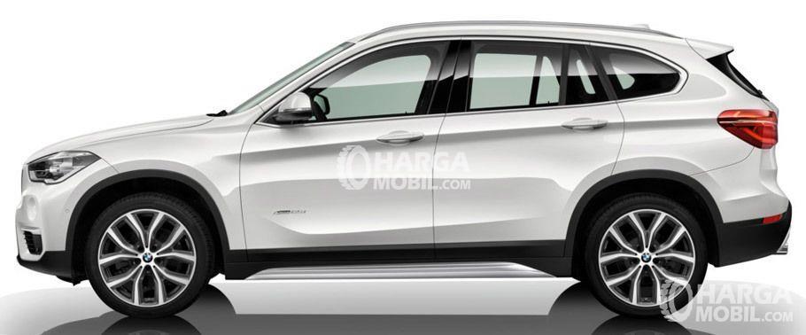 Gambar mobil BMW X1 2015 berwarna putih dilihat dari bagian samping