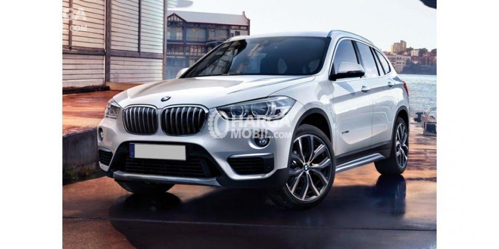 Gambar mobil BMW X1 2015 berwarna silver dengan tampilan elegan dan sporty