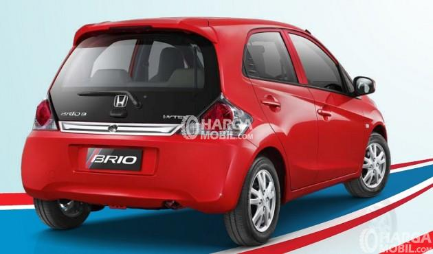 Mobil Honda Brio Satya 2016 berwarna merah dilihat dari bagian belakang