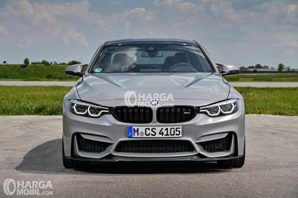 Bagian depan mobil BMW M4 2017 berwarna abu-abu