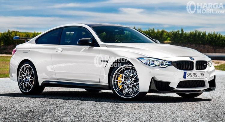 Bagian samping mobil BMW M4 2017 berwarna putih