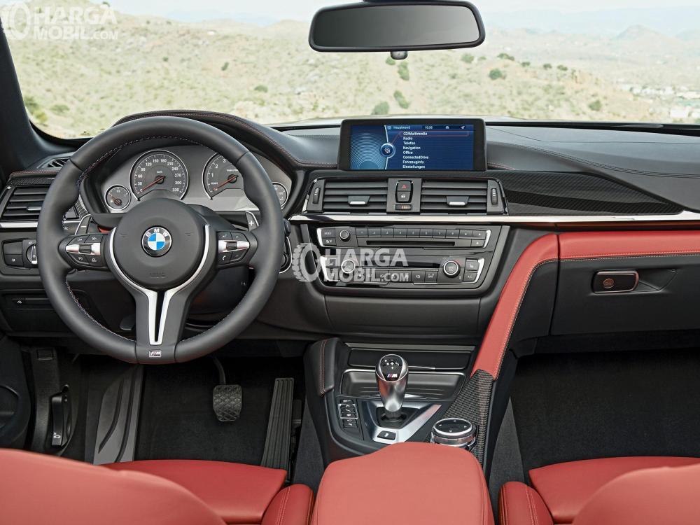 Gambar bagian interior mobil BMW M4 2017 dengan 2 warna yaitu hitam dan merah